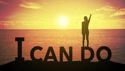 Eine Frau steht vor einem Sonnenaufgang auf den Wörtern: I can do