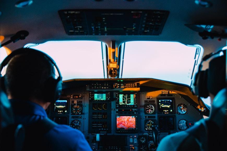 Zu sehen sind zwei Piloten im Cockpit