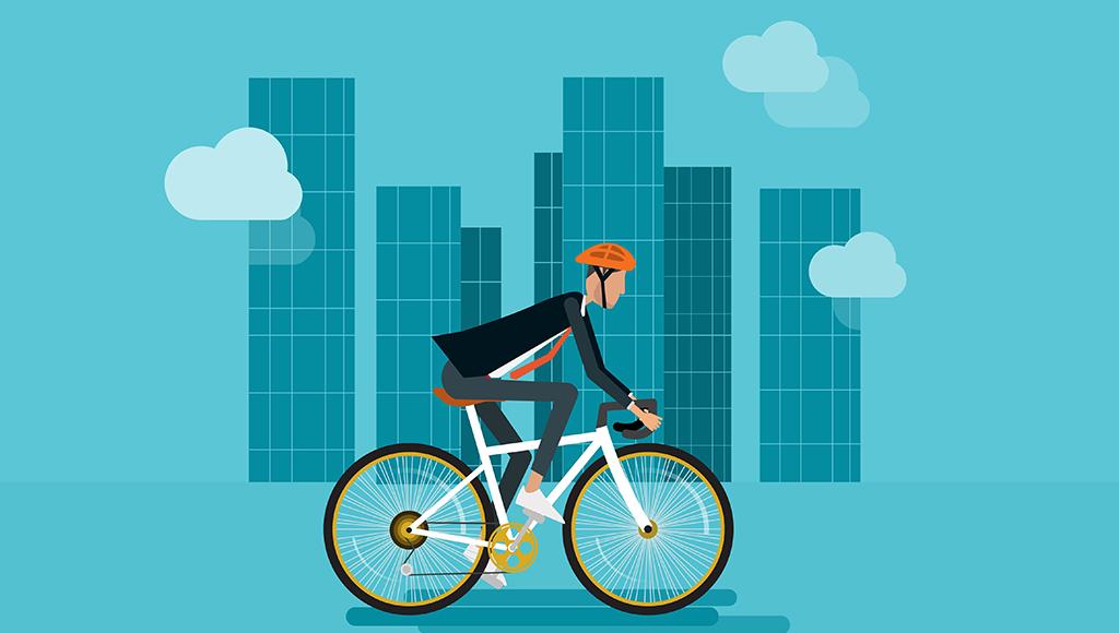 Ein Fahrradfahrer fährt mit Helm zur Arbeit