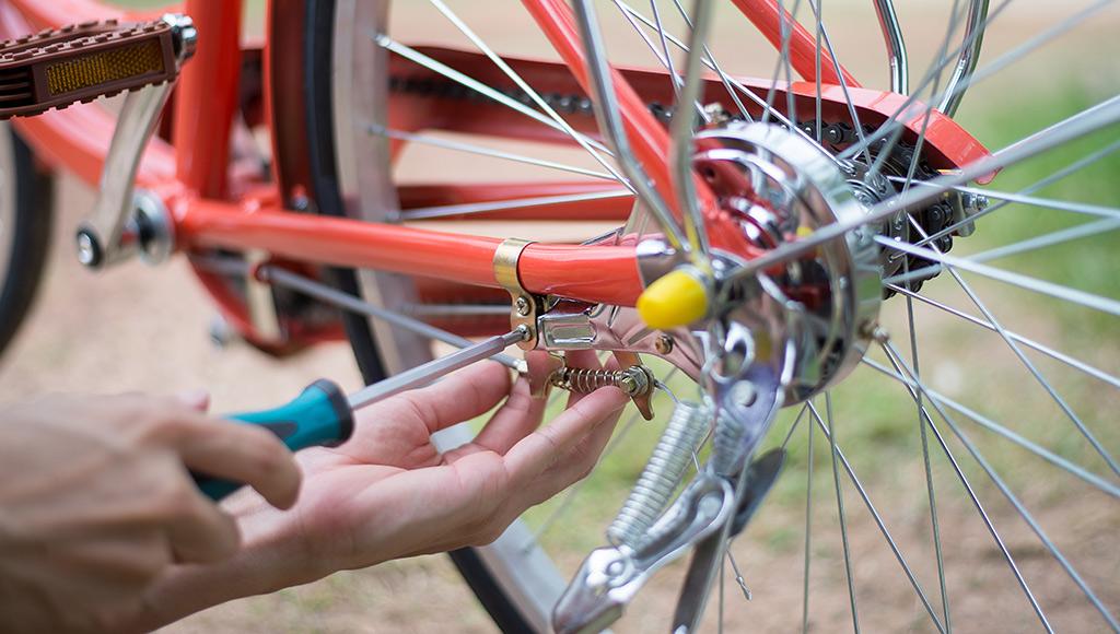 Hand am Hinterrad vom Fahrrad