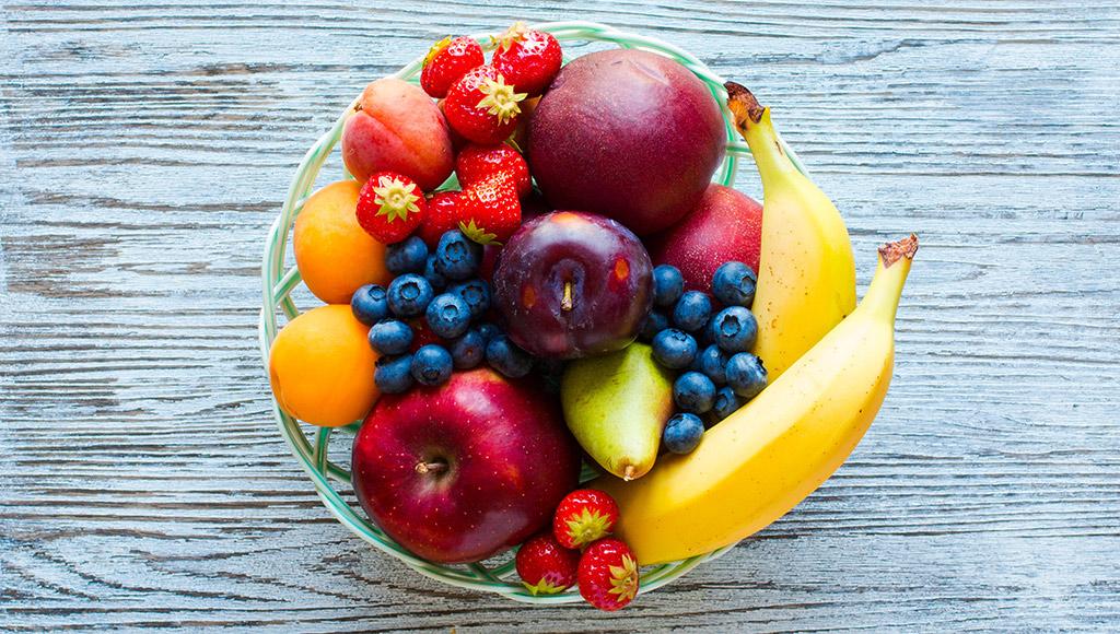 Schale mit frischen Früchten