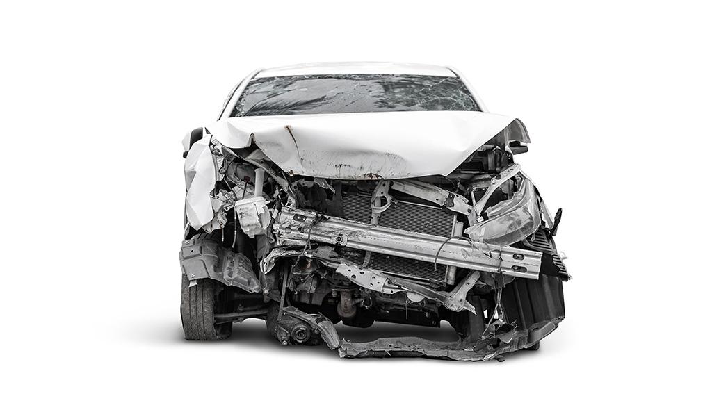 Ein nach einem Unfall demoliertes Auto