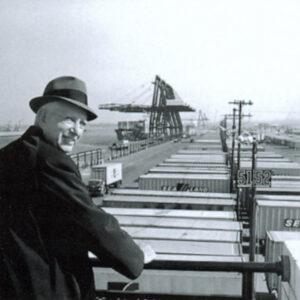 Malcom McLean am Hafen von Port Newark 1957